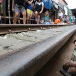 Großaufnahme der Gleise am Mae Klong Markt
