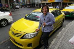 Julie hat zahlreiche Taxen in der thailändischen Hauptstadt Bangkok