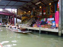 Touristen beim Betrachten der Waren des Floating Markets