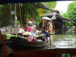Verkäufer warten auf Kunden auf dem Floating Market