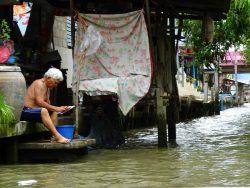 Viele Menschen wohnen auch direkt am Floating Market