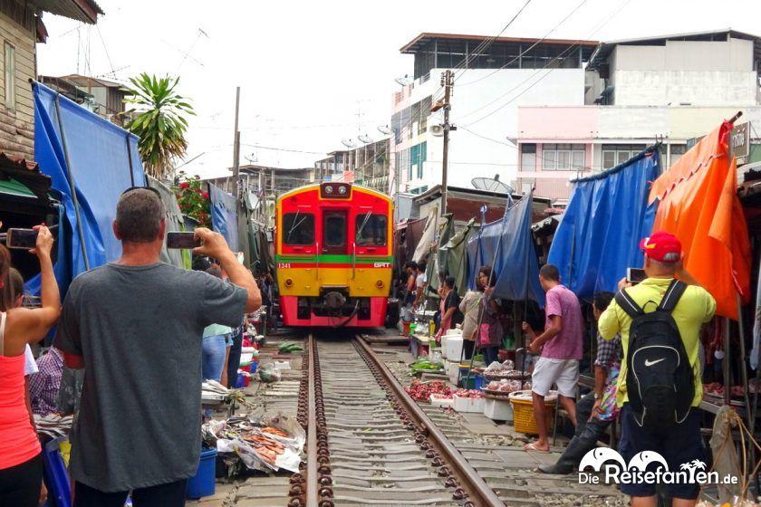 Der durchfahrende Zug am Mae Klong Markt ist eine Touristenattraktion