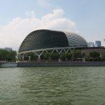 Blick auf das Esplanade Theatre während der River Cruise in Singapur