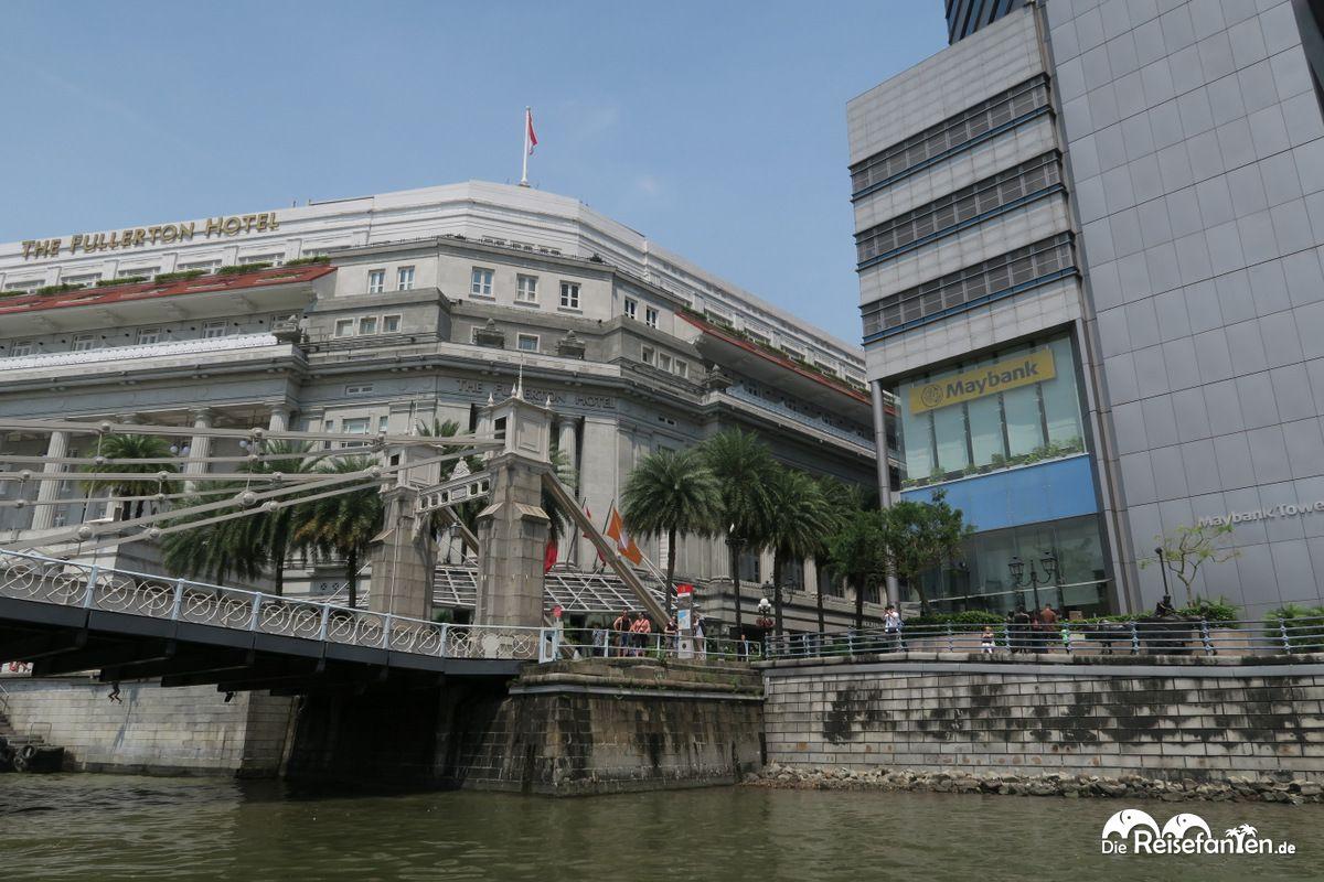 Blick auf das Fullerton Hotel während der River Cruise in Singapur