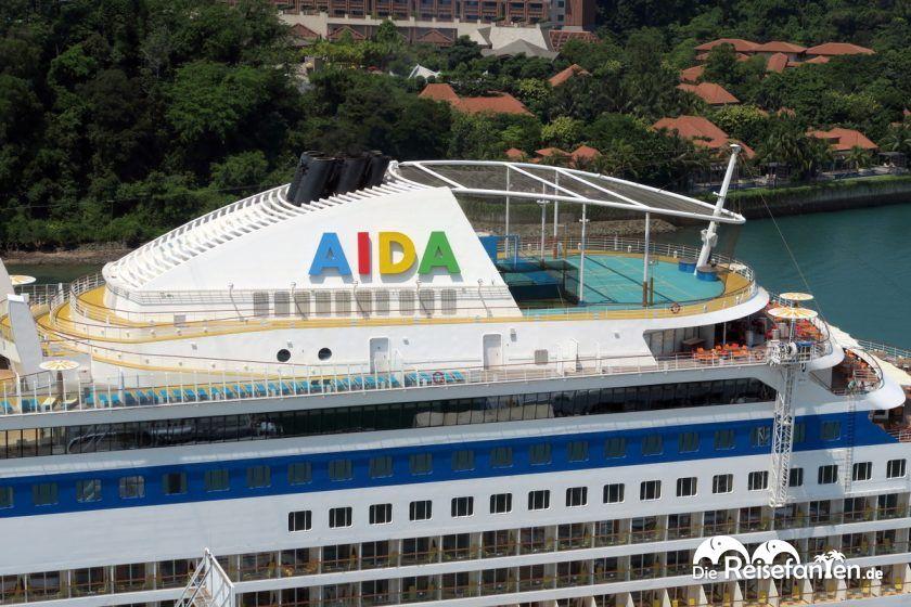 Blick auf die AIDA aus einem Singapur Cable Car