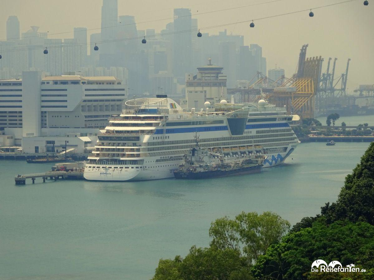 Blick auf die AIDAbella in Singapur