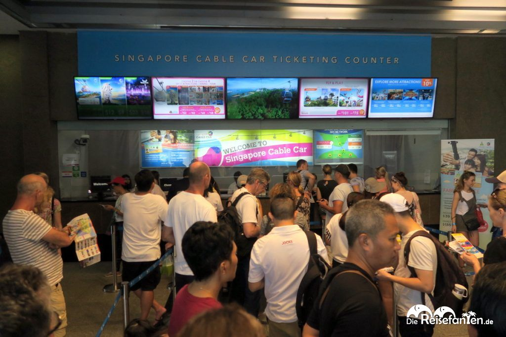 Am Schalter des Singapur Cable Cars