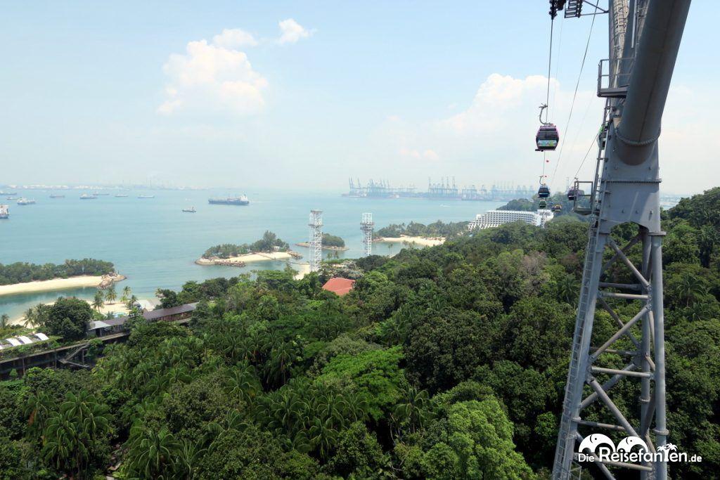 Blick aus der Seilbahn über Sentosa Island vor Singapur