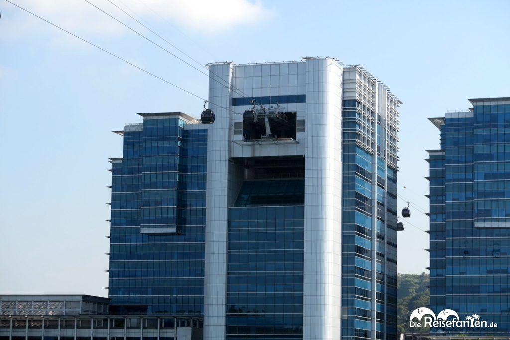 Die Singapur Cable Cars fahren durch ein Gebäude hindurch
