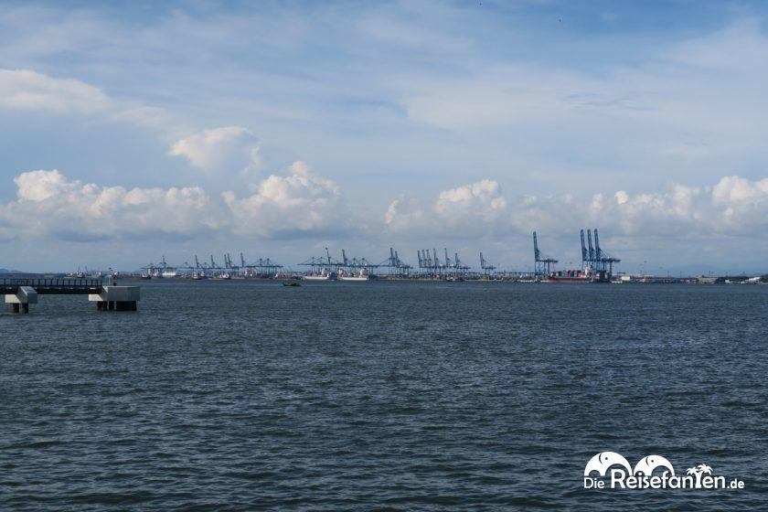 Blick auf den Containerhafen von Port Klang in Malaysia