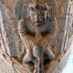 Aufwändige Eckfigur im Saavira Kambada Temple