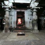 Blick in den Schrein im Saavira Kambada Temple