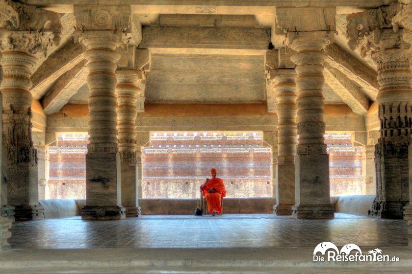 Ein Mönch im Tempel der 1000 Säulen