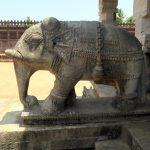 Elefanten verzieren den Eingang zum Saavira Kambada Temple