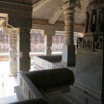 Jede Ecke im Saavira Kambada Temple sieht anders aus