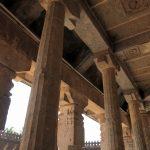 Säulen und Decke im im Tempel der 1000 Säulen