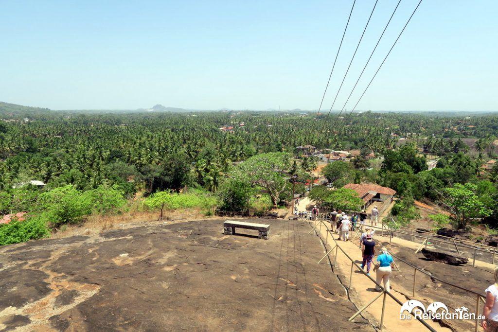 Der Aufstieg zum Jain Tempel nahe Karkala