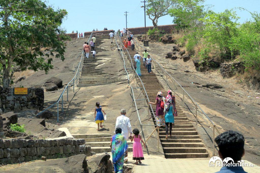 Der in der Hitze etwas beschwerliche Aufstieg zum Jain Tempel nahe Karkala
