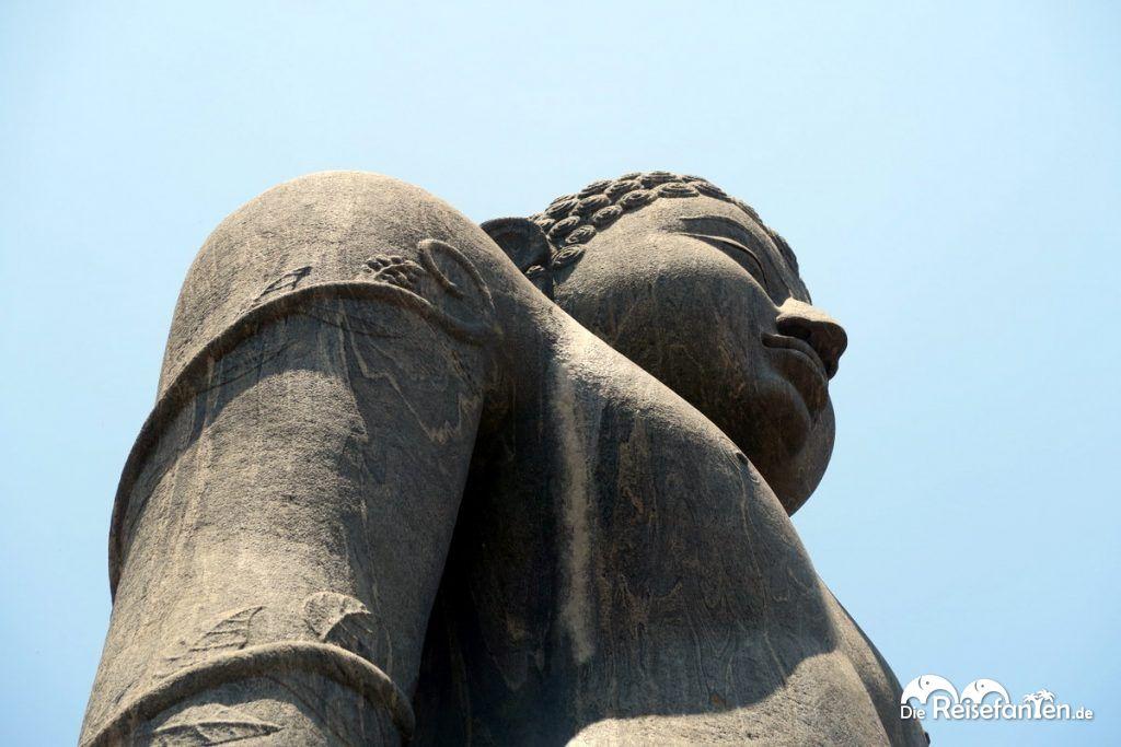 Die Statue von Bhagavan Shri nahe Karkala in Indien von unten aufgenommen