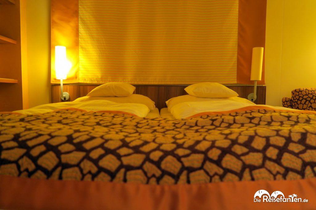 Doppelbett mit Tagesdecke auf der AIDAbella