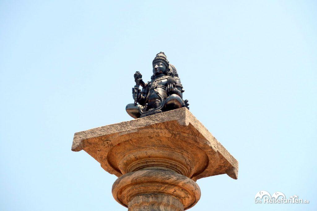 Eine kleine Statue auf Säule im Jain Tempel nahe Karkala
