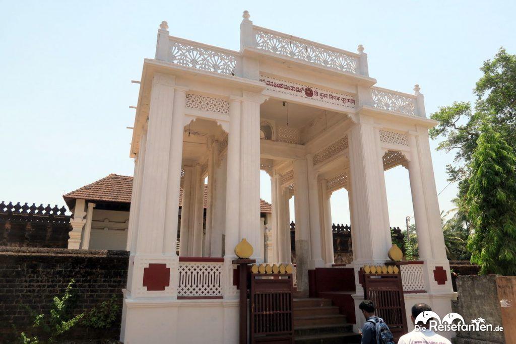 Eingang des Saavira Kambada Temple