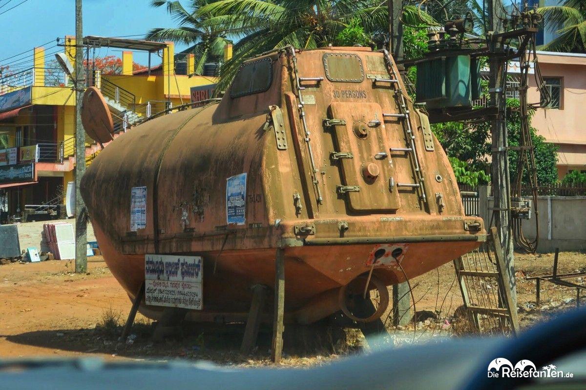 Ein Rettungsboot zum Verkauf am Straßenrand