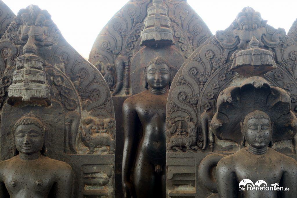 Kleinere Statuen im Jain Tempel nahe Karkala