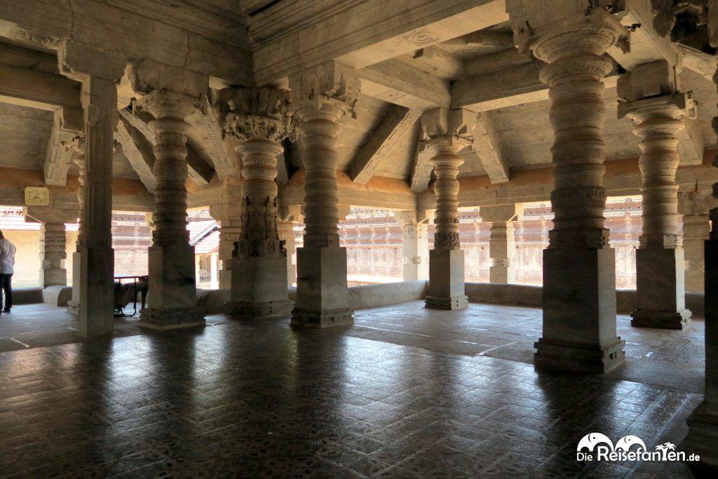 Viele Säulen im Saavira Kambada Temple