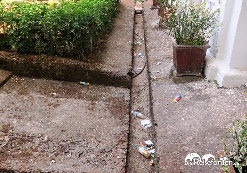 Auch in religiösen Einrichtungen gibt es Müll in Indien