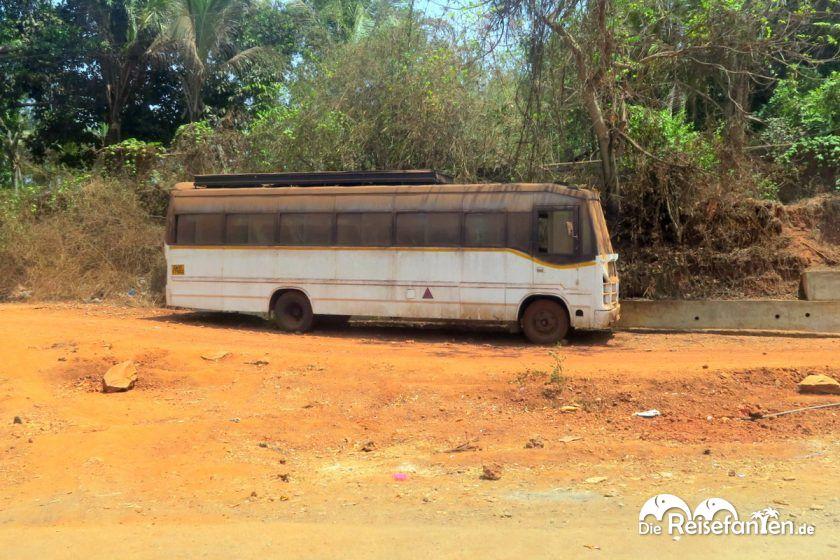 Bus am Straßenrand in Indien