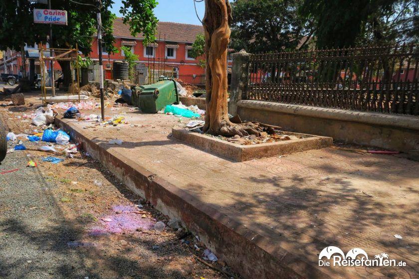 In Indien liegt der Müll wirklich sehr stark auf den Straßen herum