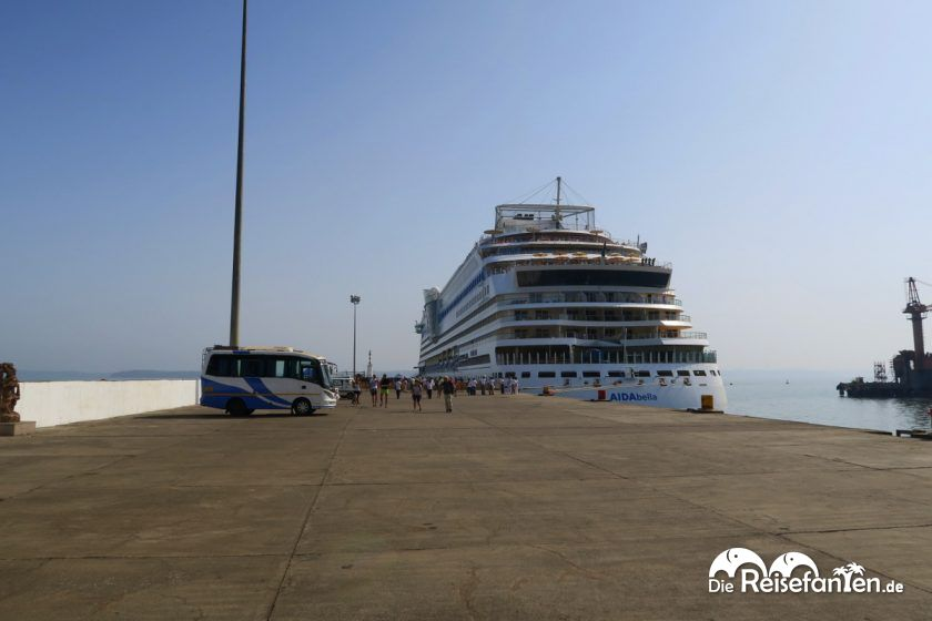 Die AIDAbella auf Goa in Indien