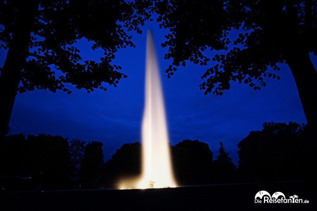 Die riesige Fontäne bei der Parkillumination in den Herrenhäuser Gärten in Hannover