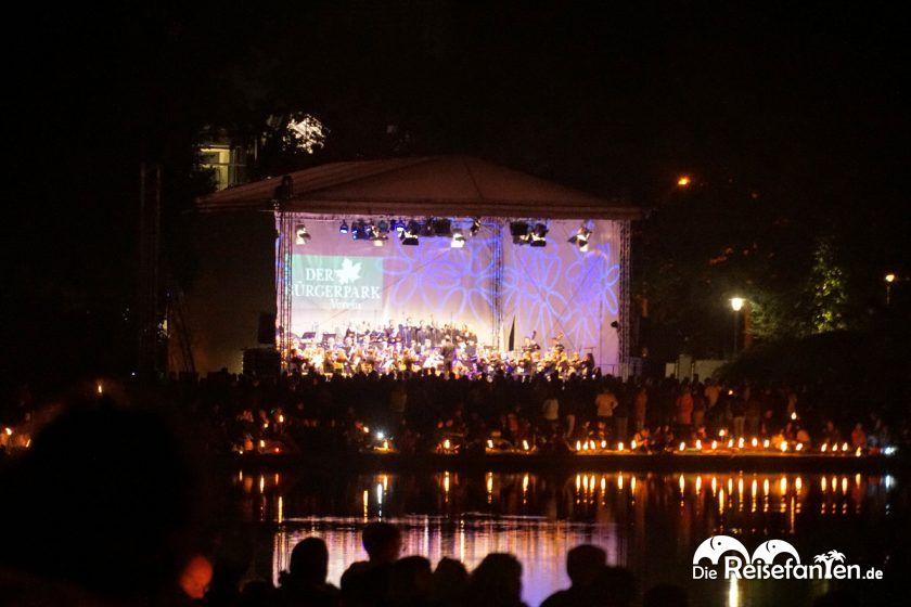 Die Seebühne bei Musik und Licht am Hollersee in Bremen