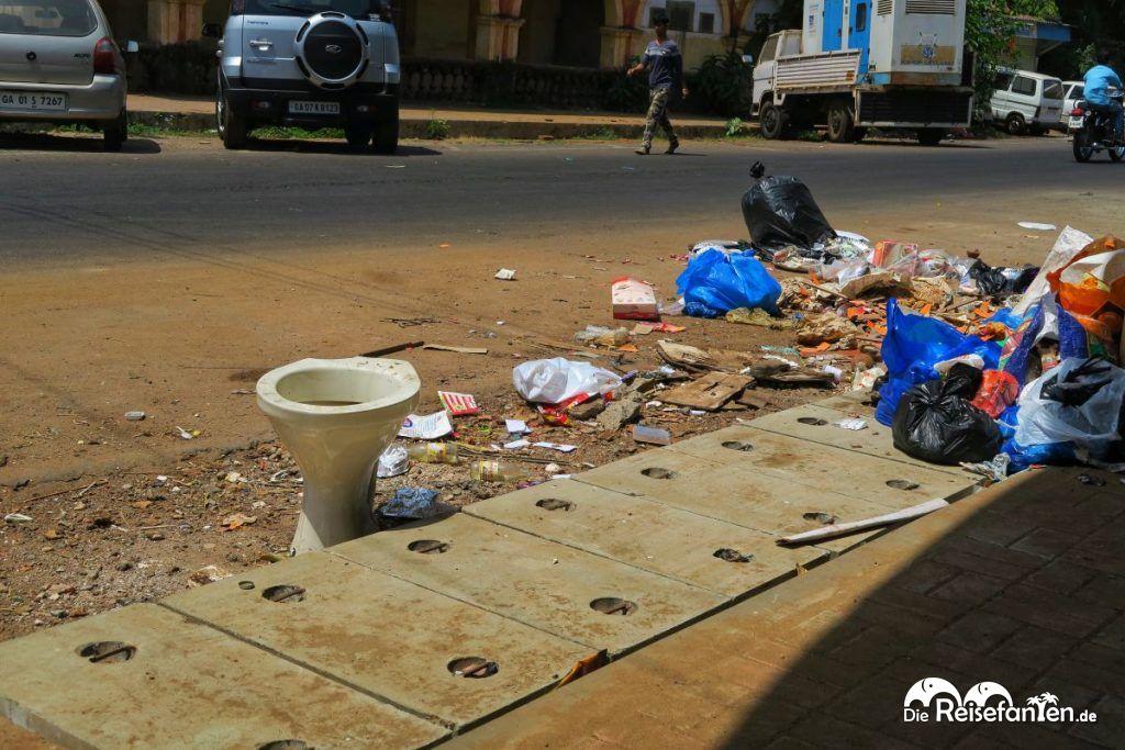 Toilettensitz und Müll auf den Straßen Indiens