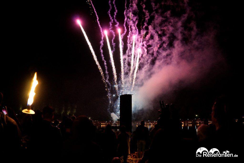 Traditionelles Feuerwerk bei Musik und Licht am Hollersee in Bremen