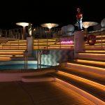 Der Poolbereich bei Nacht an Bord der AIDAbella