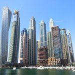 Die Wolkenkratzer Dubais vom Wasser aus gesehen