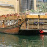 Durch die Marina von Dubai mit dem Schiff