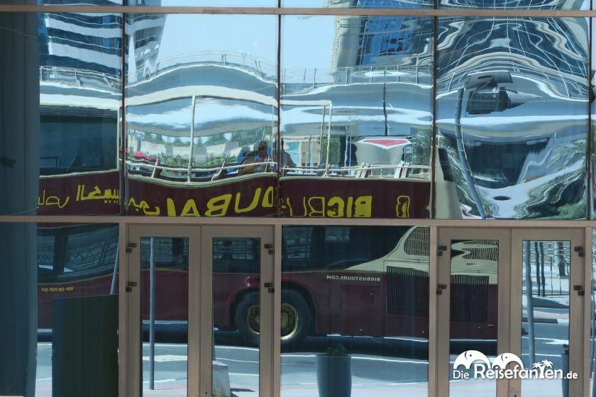 Reflexion des BigBus in Dubai