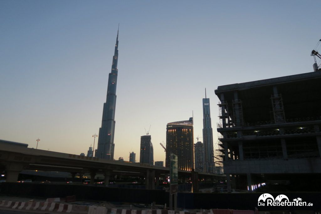 Abendlicher Blick auf dem BigBus Dubai auf den Burj Khalifa