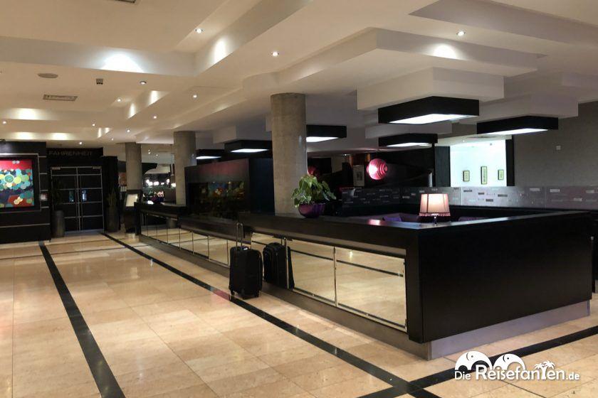 Die Lobby vom Crowne Plaza Hotel Dublin Airport