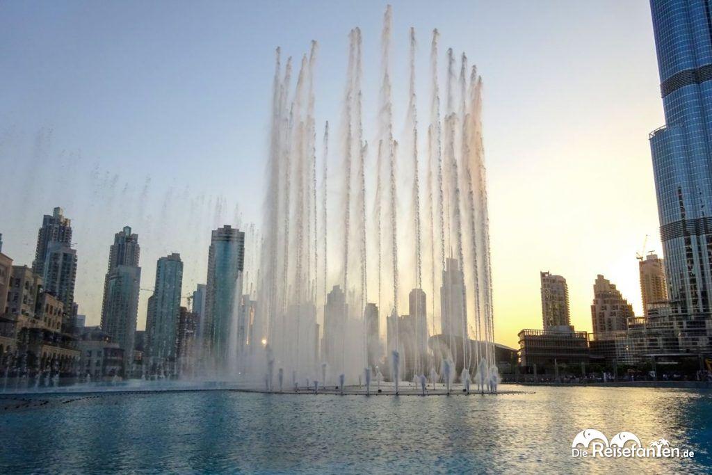 Wasserspiele in Dubai vor dem Burj Khalifa