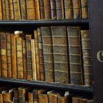 Bücherregal im Long Room des Trinity Colleges
