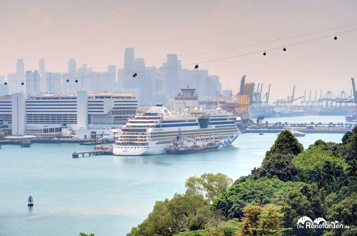 Die AIDAbella im Kreuzfahrt Hafen von Singapur