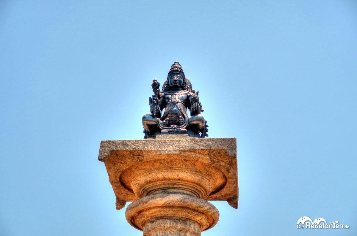Eine Statue auf einer Säule im Jain Tempel nahe Karkala