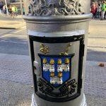 Wappen an einer Laterne in Dublin