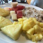 Zum Frühstück Früchte und Müsli auf der AIDAbella