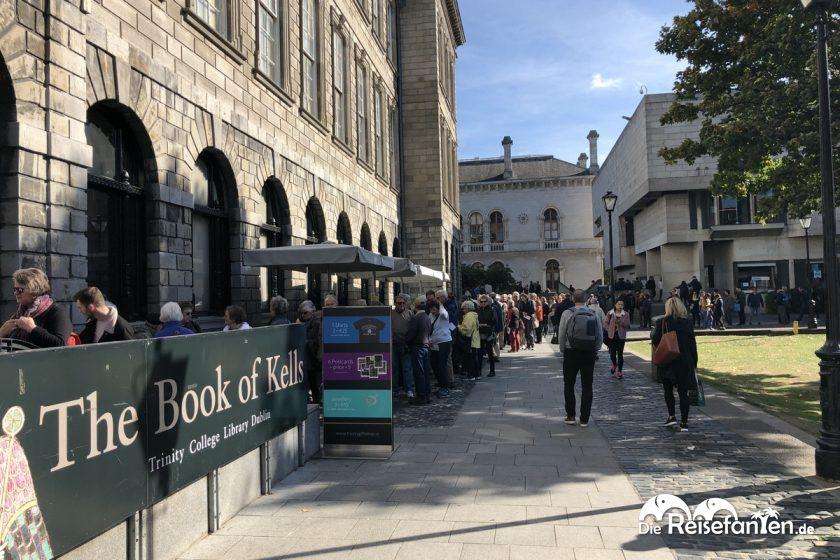 Warteschlange an der Bibliothek im Trinity College
